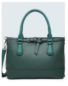 Bolso de mano con cinturón verde.