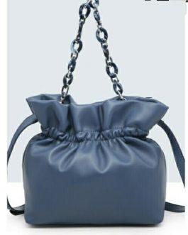 Bolso saco con volante azul.