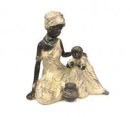 Figura resina mujer sentada con niño17,5x11x18 cm